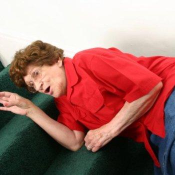 Падение может спровоцировать перелом шейки бедренной кости.