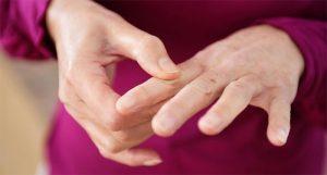 Щелкают пальцы на руках