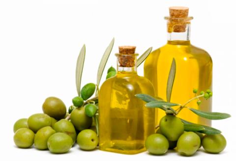 Компресс на основе оливкового масла (на фото) поможет уменьшить кашель и воспалительные процессы.