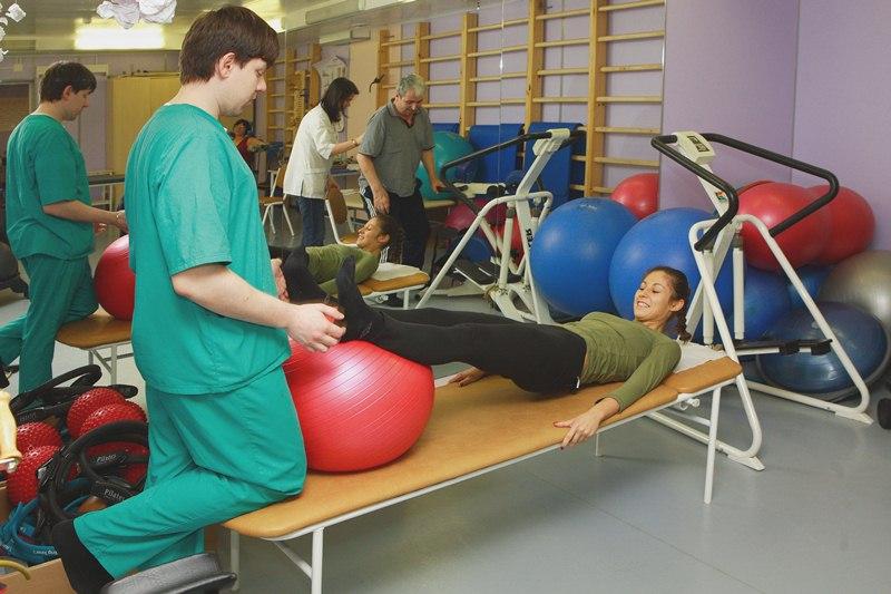 Почему перед засыпанием и во сне дёргаются ноги: причины и методы устранения симптома