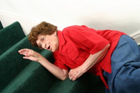 Любая травма грудной клетки у пожилых может привести к перелому.