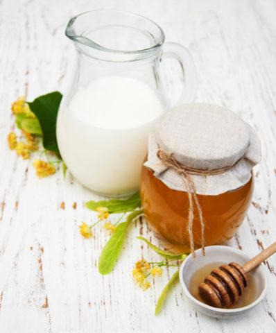 Молоко и мед – вкусное и полезное сочетание для лечения бронхита и укрепления иммунитета.