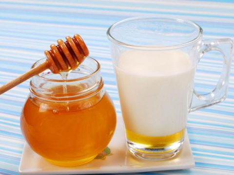 Молоко и мед, представленные на фото – полезное и вкусное сочетание для лечения бронхита и крепкого сна.