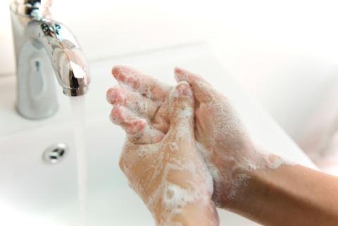 Мыльные руки и проточная вода
