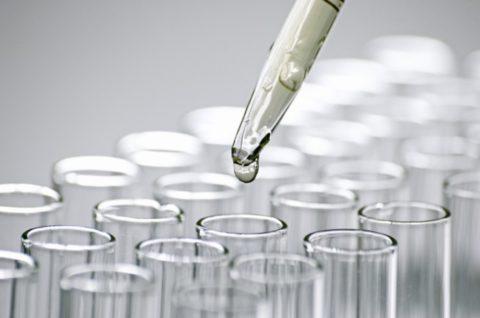 На фото представлено добавление реагентов для глубокого исследования анализа крови при туберкулёзе.