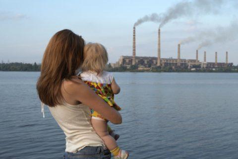 Неблагоприятная экологическая обстановка (на фото) и пассивное курение