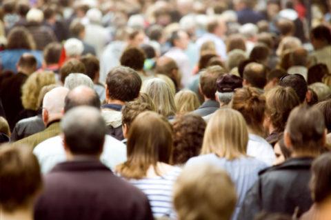 От пребывания в местах массового скопления людей стоит отказаться.