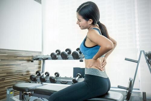 после поднятия тяжести болит спина