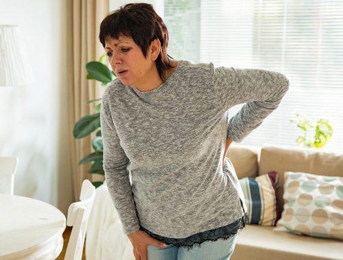 Остеохондроз вызывает острые и ноющие боли в спине