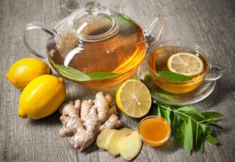 Представленный на фото ароматный и полезный имбирный чай с лимоном и медом поможет укрепить иммунитет, устранить кашель и повысить общий тонус организма.