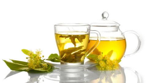 При болезни нужно пить больше жидкости, липовый чай с медом понижает жар и имеет противовоспалительные свойства.