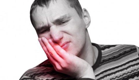 При паровых ингаляциях с температурой выше 60 градусов можно получить ожог кожи лица и слизистой дыхательных путей.