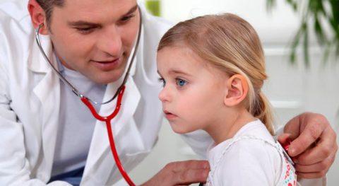При проявлении первых подозрений на туберкулез ребенка следует показать доктору.