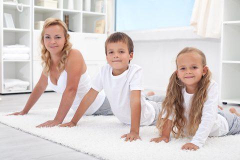 Приучить детей к ЛФК, дыхательной гимнастике и массажу, можно занимаясь с ними вместе