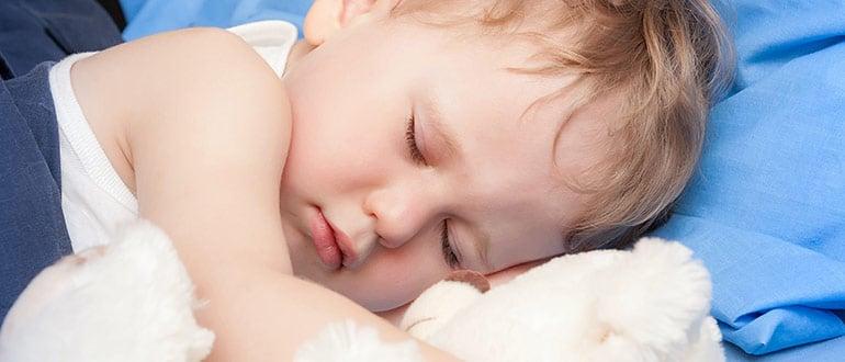 Почему ребенок потеет когда спит? Узнаем возможные причины и способы устранения симптома