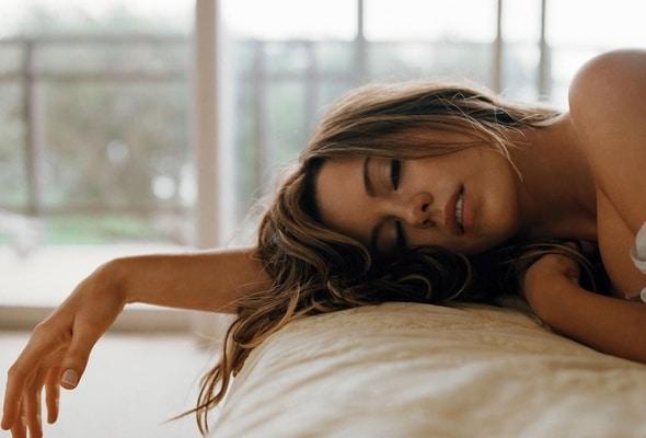 отекает и коченеет рука во сне