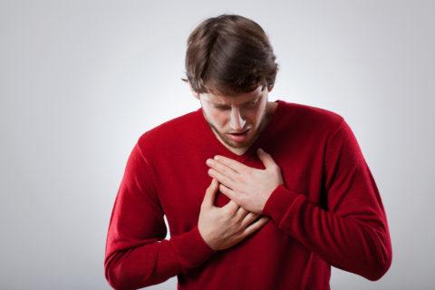 Симптом может проявляться у лиц различных возрастов.