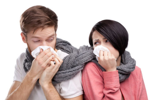 Симптомы пневмонии часто путают с проявлениями простуды.