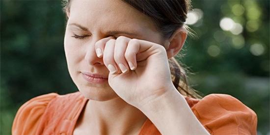 Утром слезятся глаза: причины, лечение и профилактика