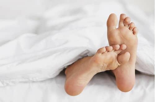 Боль в ступнях может быть обусловлена различными факторами