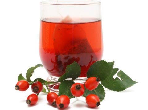 Вкусный и полезный чай из шиповника, представленный на фото, поможет справиться с бронхитом и насытит организм необходимыми микроэлементами.