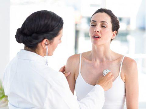 Женщина на осмотре у врача